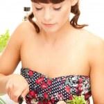 belle femme au foyer avec radis — Photo #3965075