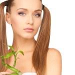 vrouw met sprout — Stockfoto