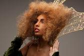 皇冠时尚头发的女人 — 图库照片
