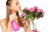 Encantadora ama de casa con flores — Foto de Stock