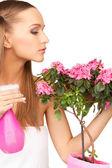 Belle femme au foyer avec des fleurs — Photo