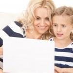 mãe feliz e criança com o computador portátil — Foto Stock