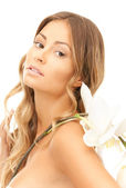 красивая женщина с белый цветок — Стоковое фото