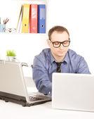 Biznesmen z komputera przenośnego w biurze — Zdjęcie stockowe