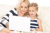 Mutlu anne ve çocuk ile dizüstü bilgisayar — Stok fotoğraf