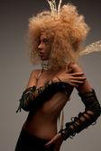 Donna in corona con capelli alla moda — Foto Stock