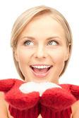 Mujer hermosa en rojos guantes de nieve — Foto de Stock