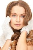 Bella mujer con guantes blancos — Foto de Stock