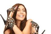 красивая женщина с леопардовым обувь — Стоковое фото