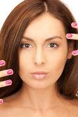 Krásná žena s leštěným nehty — Stock fotografie