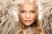 美丽的女人在毛皮 — 图库照片