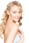 Mujer encantadora en toalla — Foto de Stock