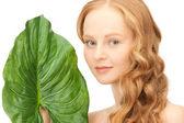 Donna con foglia verde — Foto Stock