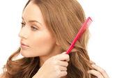 美丽的女人用梳子 — 图库照片