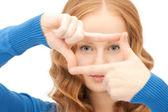 Linda mulher, criar um quadro com os dedos — Foto Stock