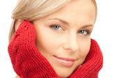 Mujer hermosa en rojos mitones — Foto de Stock