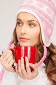 赤のマグカップと美しい女性 — ストック写真