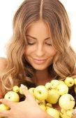 Mooie vrouw met groene appels — Stockfoto