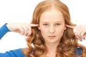 Mujer con los dedos en las orejas — Foto de Stock