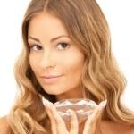 Красивая женщина с большой алмаз — Стоковое фото