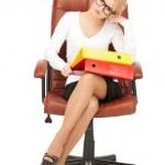 Junge geschäftsfrau mit Ordnern auf Stuhl sitzend — Stockfoto