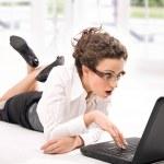 feliz empresária jovem com laptop no chão — Foto Stock
