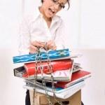 atractiva secretaria con exceso de trabajo — Foto de Stock