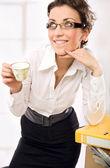 Attraente segretaria bere caffè — Foto Stock