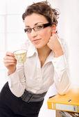 Séduisante secrétaire boire du café — Photo