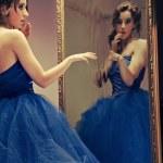 ziemlich jung du make up blick auf den spiegel - vintage-look — Stockfoto