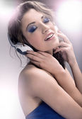 Young beauty listening to the music — Stock Photo