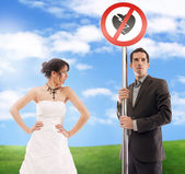 Symbolic wedding picture - don't break my heart! — Stockfoto