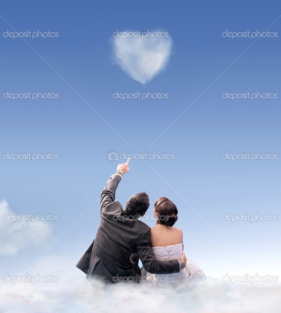 Heart of cloud - studio shot of a wedding couple  — Stock Photo #4288129