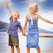 Boy and girl jumping — Stockfoto