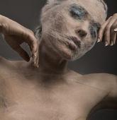 Bellas artes retrato de una mujer joven wraped con cowebs — Foto de Stock