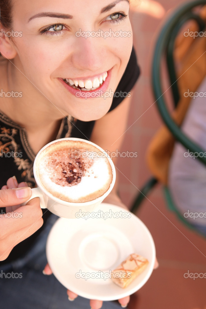 Young woman enjoying coffee break  Lizenzfreies Foto #4442679