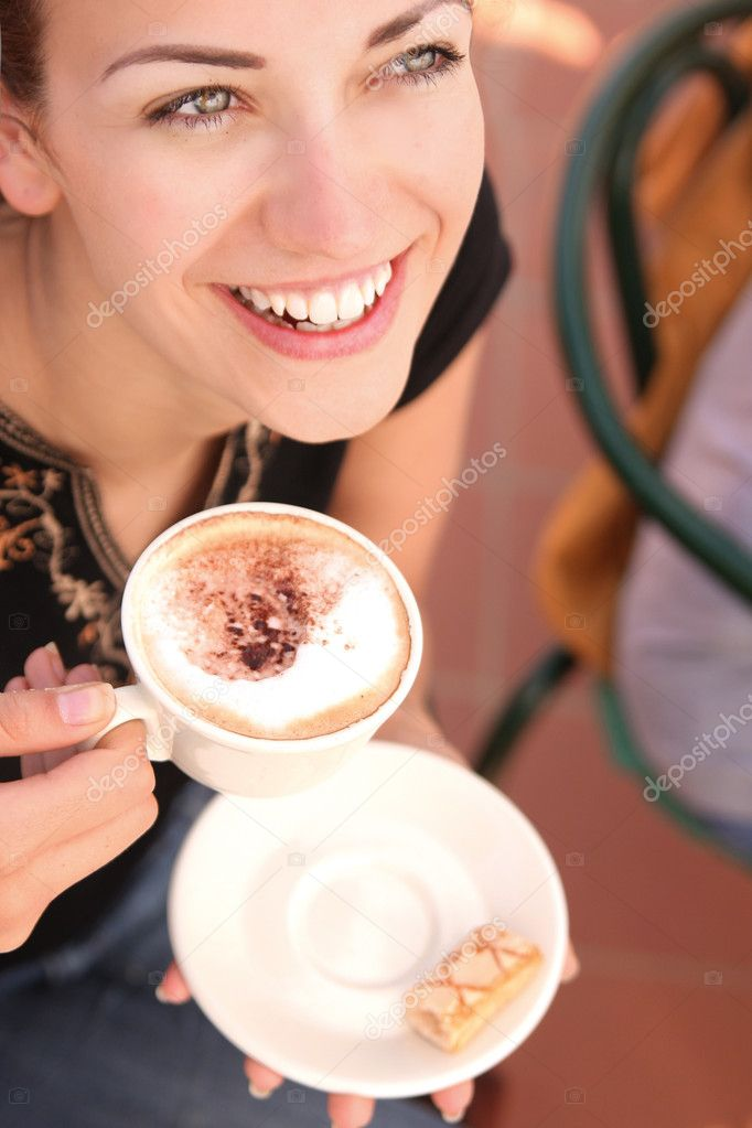 Young woman enjoying coffee break — Stok fotoğraf #4442679