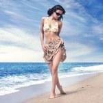 热带海滩上美丽的女人 — 图库照片