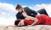 Attraktivt par på stranden — Stockfoto
