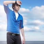 pohledný mladý muž pózuje — Stock fotografie