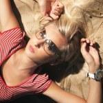 Мода стиль фото привлекательной блондинкой — Стоковое фото