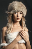 Foto de estilo de moda de uma loira atraente — Fotografia Stock