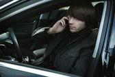 Uomo elegante in una macchina, chiamata — Foto Stock