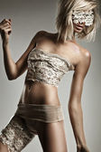 Foto estilo glamour de hermosa mujer rubia — Foto de Stock