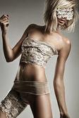 Glamour stil foto vacker blond kvinnas — Stockfoto