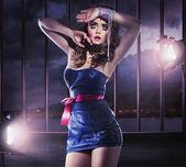 Foto estilo glamour de una joven en el centro de atención — Foto de Stock