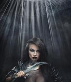 Atraktivní bruneta krása s nožem — Stock fotografie