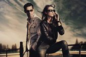 Attractive young couple wearing sunglasses — ストック写真