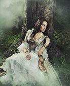 Giovane donna in una foresta misteriosa — Foto Stock