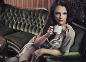 Ritratto di una bella signora che bere caffè pomeridiano — Foto Stock